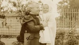 Une grand mère et son petit fils