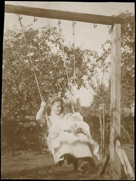 Mère et bébé sur une balançoire