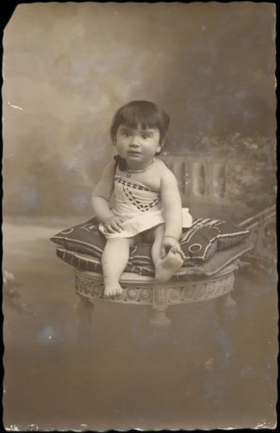 Petite fille au collier