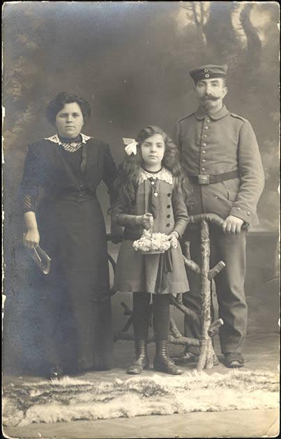 Un soldat, son épouse et leur fille