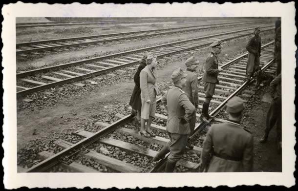 Soldats Allemands devant un train 02